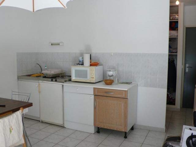 location saisonni re appartement st cesaire 30900 1565263. Black Bedroom Furniture Sets. Home Design Ideas